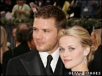 Ryan Phillippe and Reese Witherspoon pose for the cameras.