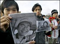 Иностранные студенты в России с портретом убитого товарища