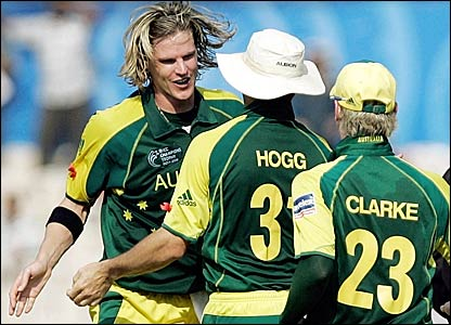 Nathan Bracken (left) celebrates with Brad Hogg