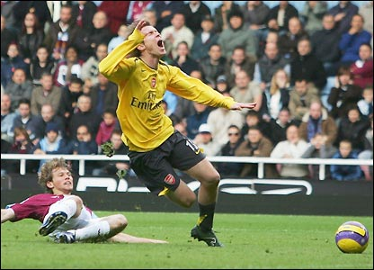 Alexander Hleb goes down in the box