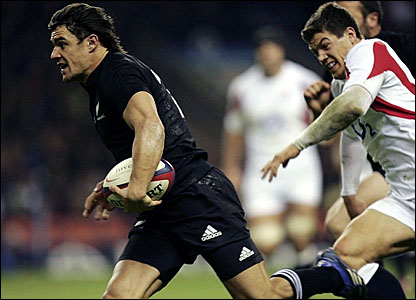 Dan Carter scores a try for New Zealand