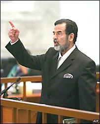 Saddam Hussein reacciona al escuchar el veredicto