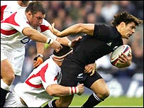 All Blacks star Dan Carter shrugs off the tackles of Julian White (left) and Andrew Sheridan