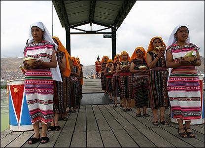J�venes esperan la llegada del inca