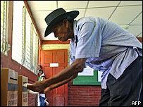Nicaragüense votando