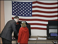 El candidato demócrata Bob Casey vota en Pensilvania