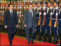 Egyptian President Mubarak reviews a military guard with Chinese President Hu Jintao