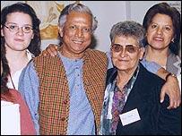 Yunus junto a prestatarias durante su visita a Mendoza.