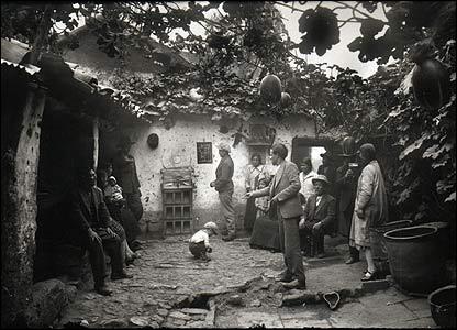 Mart�n Chambi, Jugando al sapo en la chicher�a, Cuzco, 1931