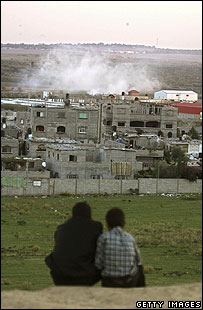 Palestinian youths watch Israeli manoeuvres near Beit Hanoun