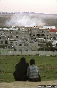 Palestinian youths watch Israeli manoeuvres near Beit Hanoun