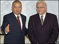 Uzbekistan's President Islam Karimov (left) with Germany's Foreign Minister Frank-Walter Steinmeier in Tashkent on 1 November 2006