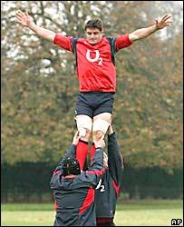 El capit�n del seleccionado ingl�s de rugby, Martin Corry, es levantado por dos compa�eros durante una pr�ctica de line-out.