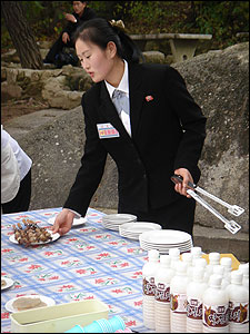 Empleada norcoreana vendiendo comida