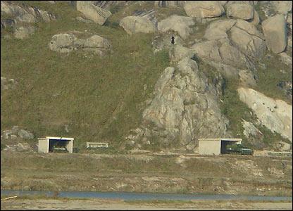 Construcciones de cemento que albergan tanques y ca�ones
