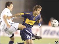 Rodrigo Palacio de Boca Junios (der.) pelea el balón con Jorge San Esteban de Gimnasia y Esgrima de la Plata.
