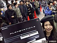 Una empleada muestra el PS3 a una fila de compradores