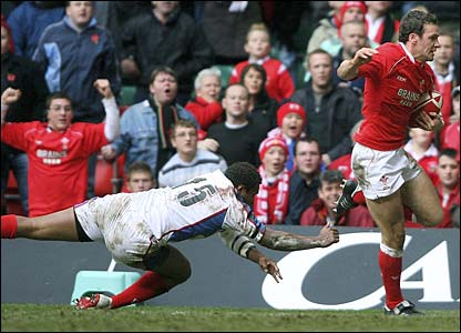 Mark Jones evades the diving of tackle of Norman Ligairi