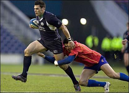 Rob Dewey breaks the tackle of Florin Vlaicu
