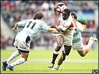 El inglés Paul Sackey (der.) supera la marca del argentino Pablo Gómez Cora.