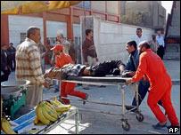 Un herido es trasladado en una camilla