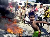 Young protesters in Dhaka light fires in support of a nationwide blockade, 12 Nov
