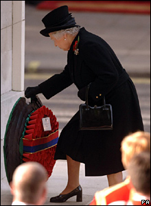 Queen laying a poppy wreath