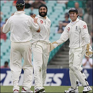 Marcus Trescothick is thanked by Monty Panesar after taking a catch to remove Michael Clarke