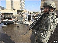 Soldado estadounidense en lugar donde estalló un coche bomba, el 12 de noviembre de 2006