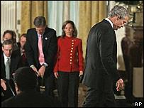 El presidente de EE.UU., George W. Bush, al término de la rueda de prensa tras las elecciones legislativas 2006
