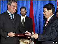 Australian Foreign Minister Alexander Downer (left) with his Indonesian counterpart Hassan Wirajuda (right) at the signing of a security pact in Lombok, Indonesia, on 13 November 2006