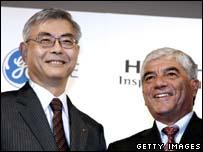 Hitachi president Kazuo Furukawa (L) and Rudolph Villa, president of GE Energy's Nuclear Energy-Asia