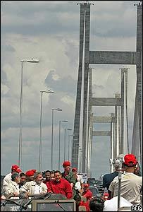 Hugo Chávez y Luis Inacio Lula da Silva cruzando el Orinoquia.