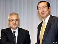 Myojo Foods President Hironobu Nagano (L) with Japan's Nissin Food Products President Koki Ando (R)