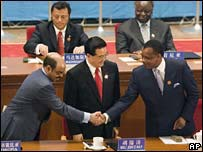 Hu Jintao flanked by African leaders
