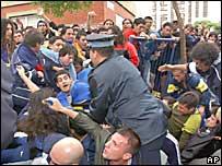 La policía choca con hinchas que forman fila para comprar entradas para el clásico River Plate vs. Boca Juniors