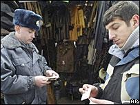 Милиционер и рыночный торговец