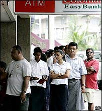 Fijians queue to withdraw money from a bank amid coup fears