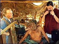 Natty Petrosino con médico e ingígena enfermo