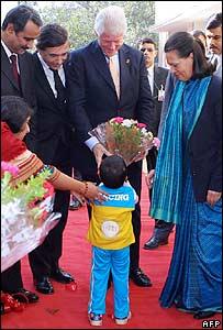 بيل كلينتون يلتقي بطفل هندي مصاب بالايدز