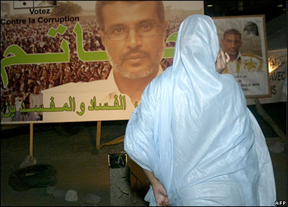 A Mauritanian woman looks at a poster