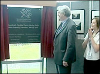 First Minister Rhodri Morgan unveils the plaque