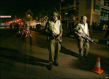 Soldiers man a checkpoint in Suva overnight on 29/30 November 2006