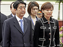 Japanese PM Shinzo Abe and First Lady Akie Abe at a wreath-laying ceremony in Hanoi on 20 November 2006