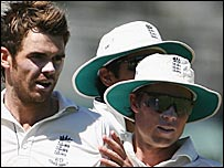 Geraint Jones congratulates James Anderson