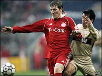 Bastian Schweinsteiger y Pavel Pardo.