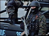 Policías antiterroristas frente a la sede de la AMIA en 2004 (foto de archivo)
