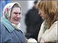 Una psicóloga conforta a pariente de víctima de incendio en Moscú