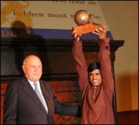 FW de Klerk (left) presents Om Prakash with his award