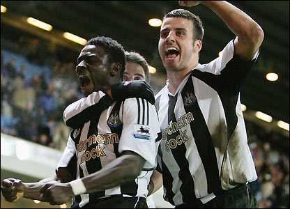 Obafemi Martins celebrates with Steven Taylor